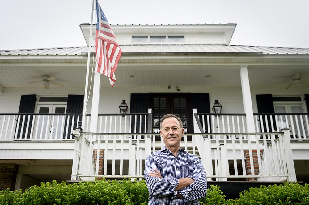 Gerard Braud posa para un retrato fuera de su casa.