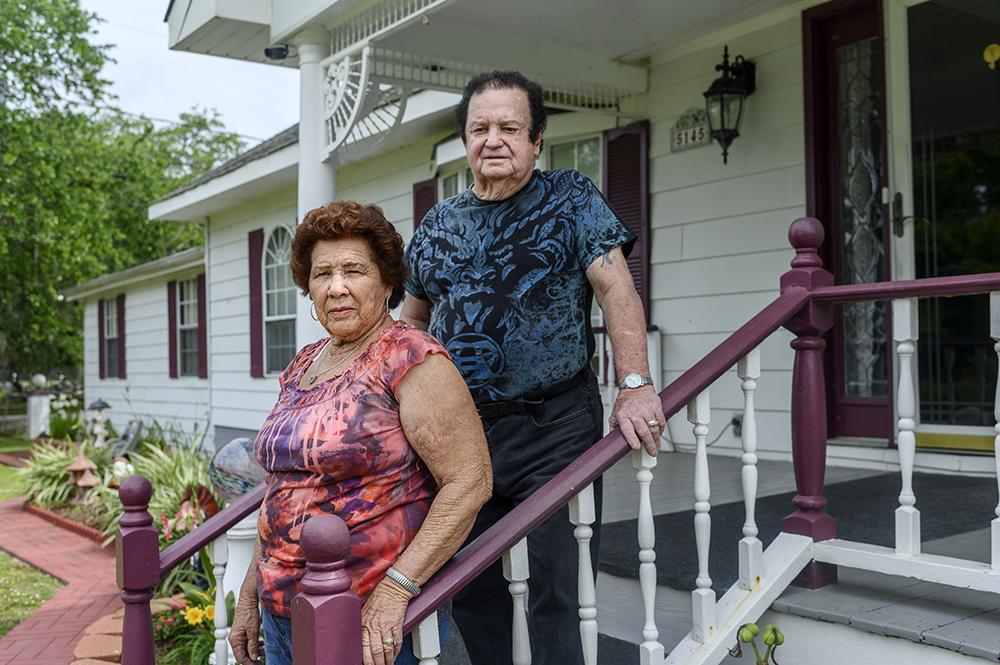 Westley y Melba Frickey están parados en las escaleras afuera de su casa
